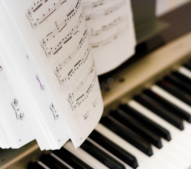 рояль музыкальных примечаний композитора стоковая фотография