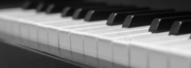 Рояль пользуется ключом конец-вверх, взгляд со стороны музыкального инструмента стоковое изображение rf