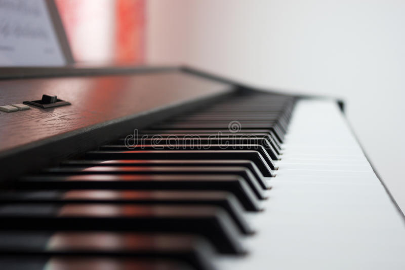 Download рояль клавиатуры одного фокуса ключевой селективный к Стоковое Изображение - изображение насчитывающей перспектива, звук: 40577991