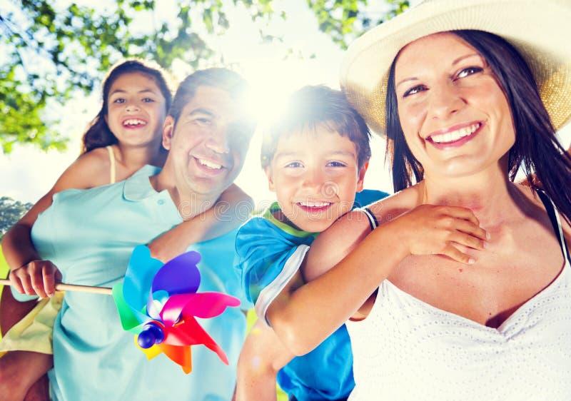Родители давая их детям автожелезнодорожные перевозки на Outdoors стоковое фото rf