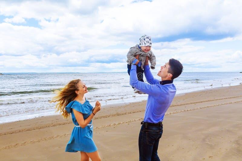 Родители играя с его сыном на пляже стоковая фотография rf