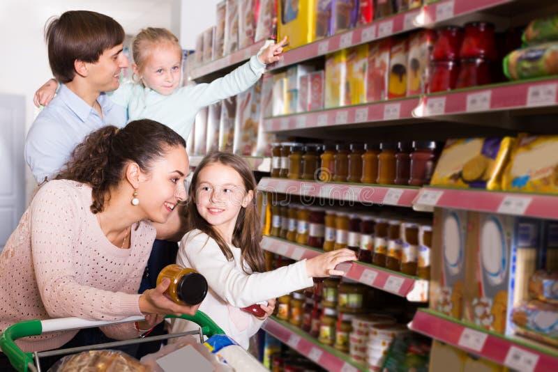 Родители при дети выбирая опарник стоковое фото rf