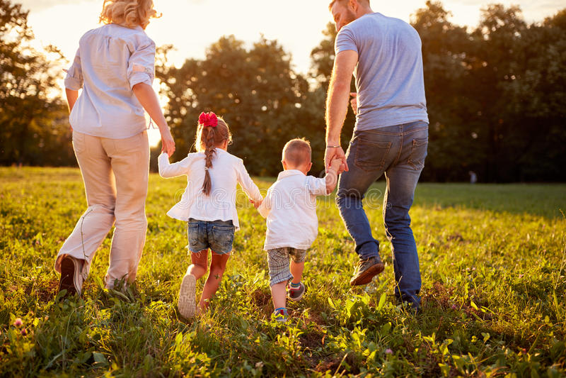 Родители при дети идя в природу, задний взгляд стоковое фото rf