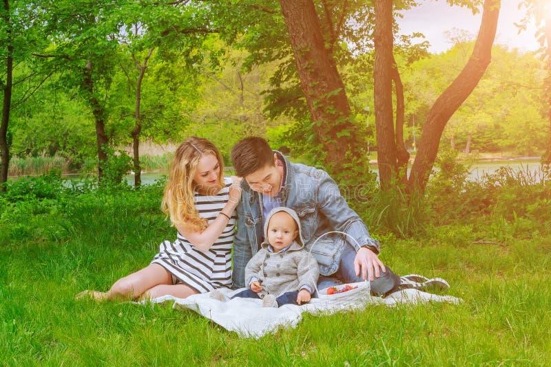 Родители с лужайкой в парке стоковое изображение rf