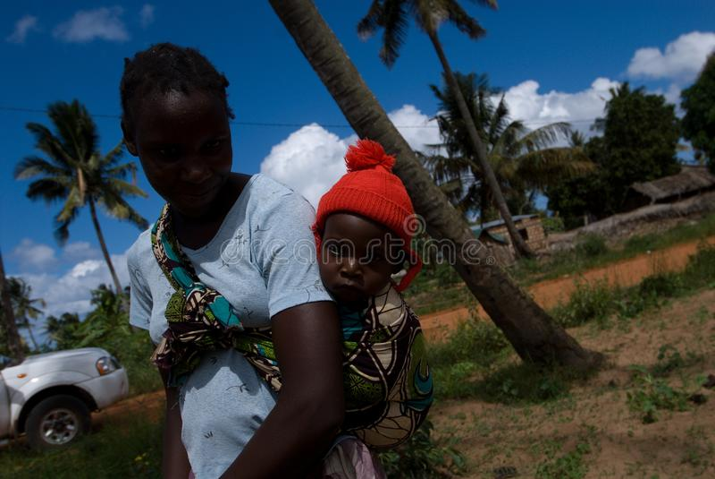 Родитель нося их ребенка на задней части стоковое изображение rf