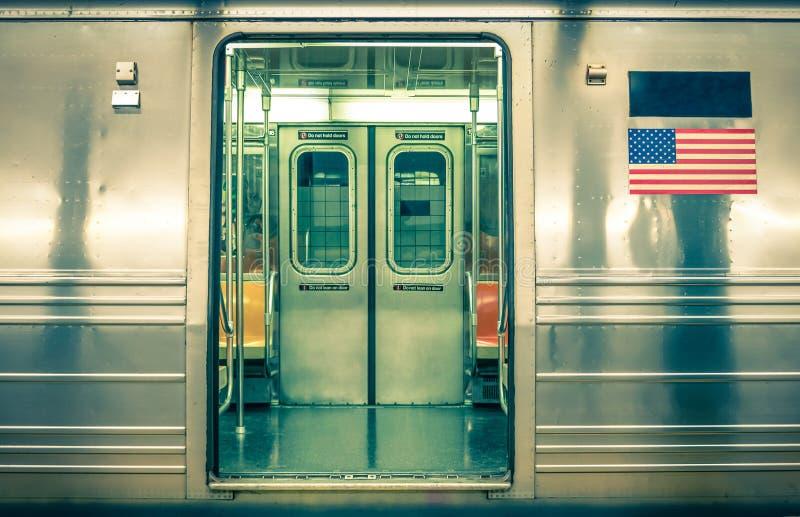 Родовой подземный поезд - Нью-Йорк стоковое фото