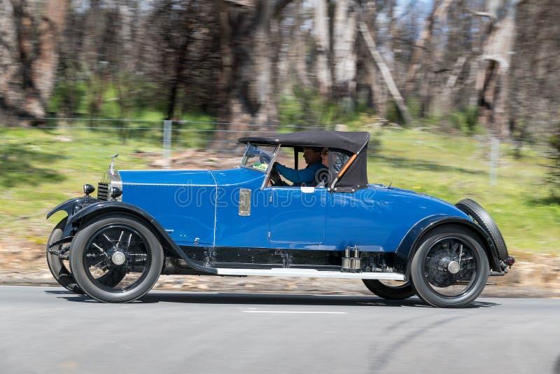 Родстер 1922 Rolls Royce 20hp управляя на проселочной дороге стоковые изображения