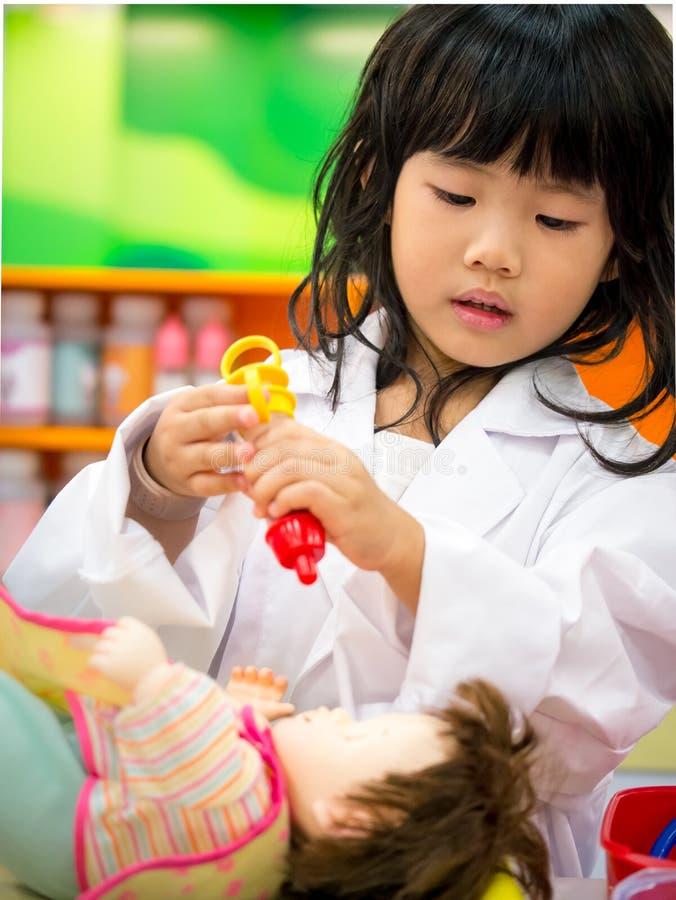 Роль занятия доктора играя девушку стоковое изображение