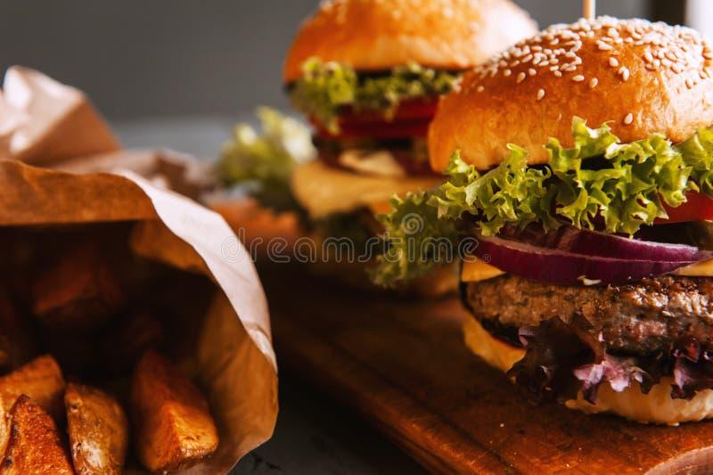 2 рт-моча, очень вкусный домодельный бургер стоковое изображение rf