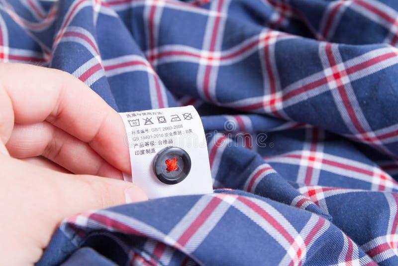 Рубашка и ярлык руки с инструкциями стоковые изображения rf