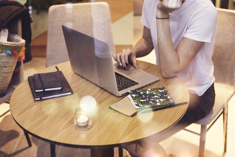 Рубашка коммерсантки битника крупного плана нося белая работая в кафе на startup проекте Творческая маленькая девочка используя п стоковая фотография rf