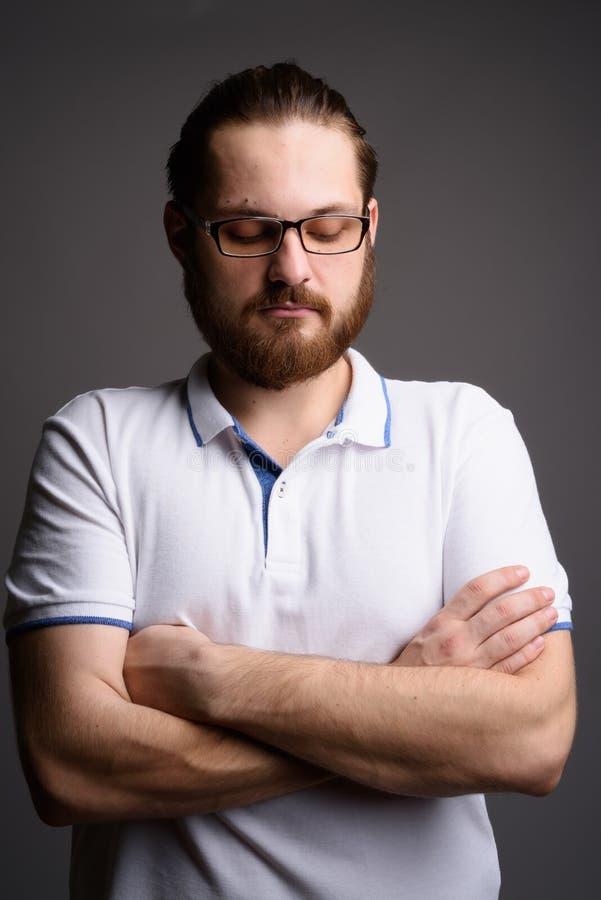 Рубашка поло молодого бородатого человека нося белая против серого backgrou стоковое фото rf