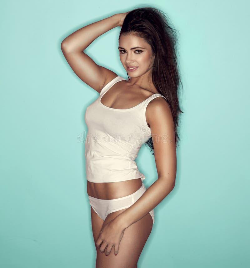 Download Рубашка сексуальной женщины нося белая Стоковое Фото - изображение насчитывающей backhoe, модель: 33732574