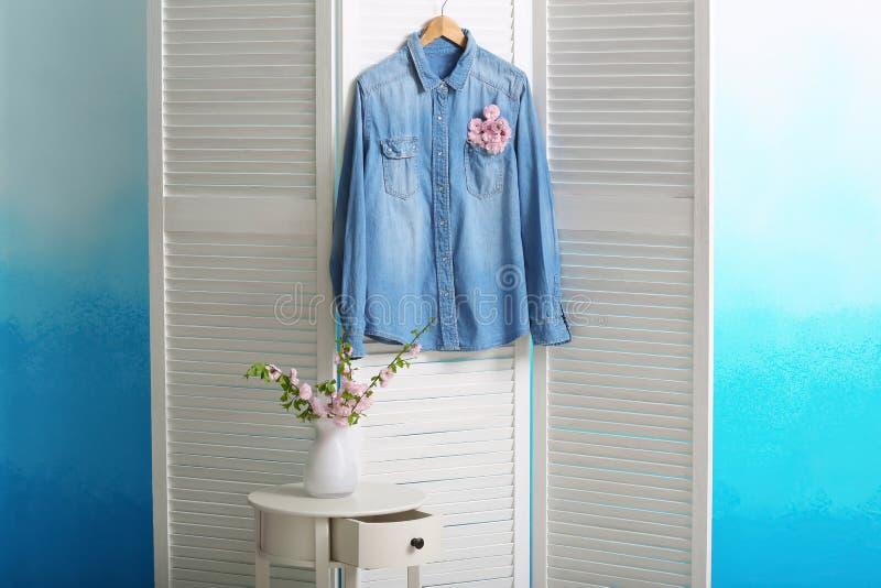 Рубашка с цветками в кармане на складывая экране стоковые фото