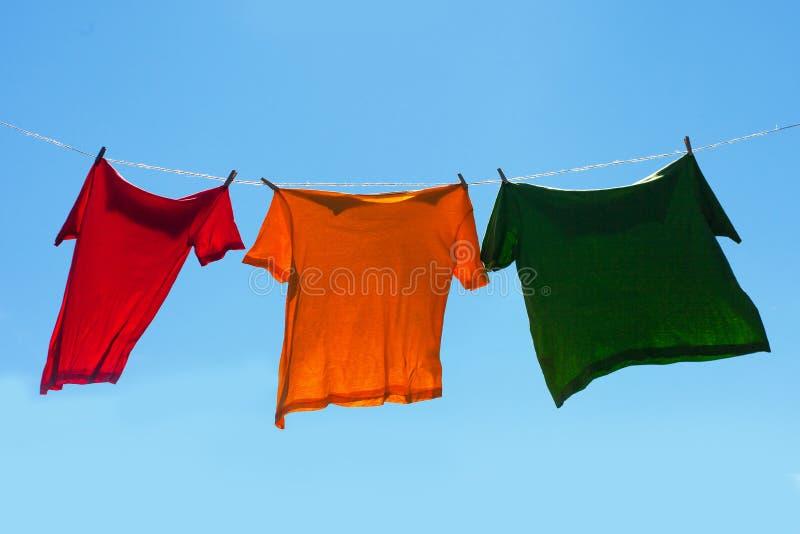 Рубашки на веревке для белья. стоковое изображение rf