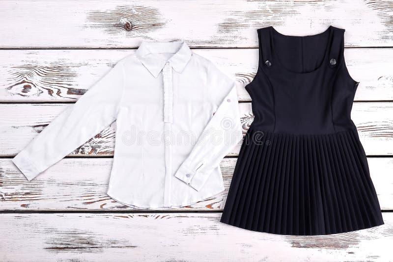 Рубашк-оборка и платье девушки белые для школы стоковое фото