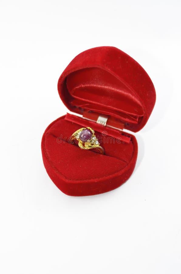 Рубиновое кольцо в коробке кец стоковые изображения rf