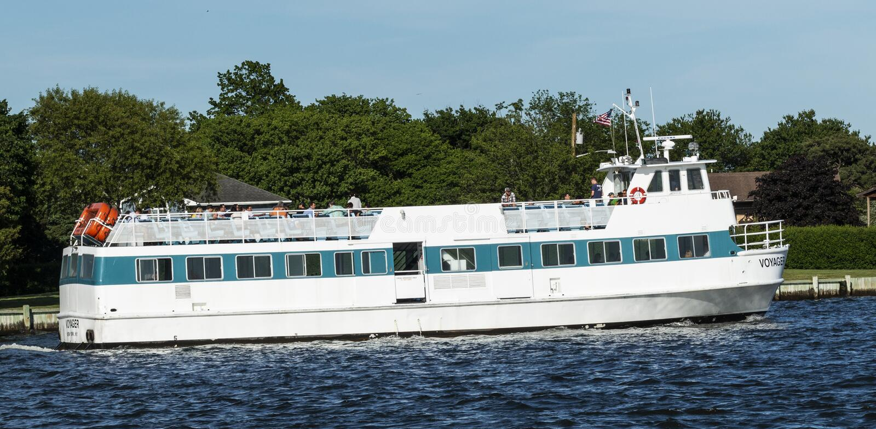 Рубрика парома пассажира для того чтобы увольнять остров стоковая фотография rf