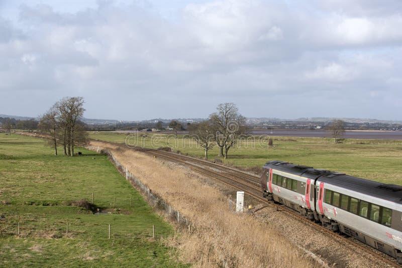 Рубрика пассажирского поезда через английскую сельскую местность стоковые изображения