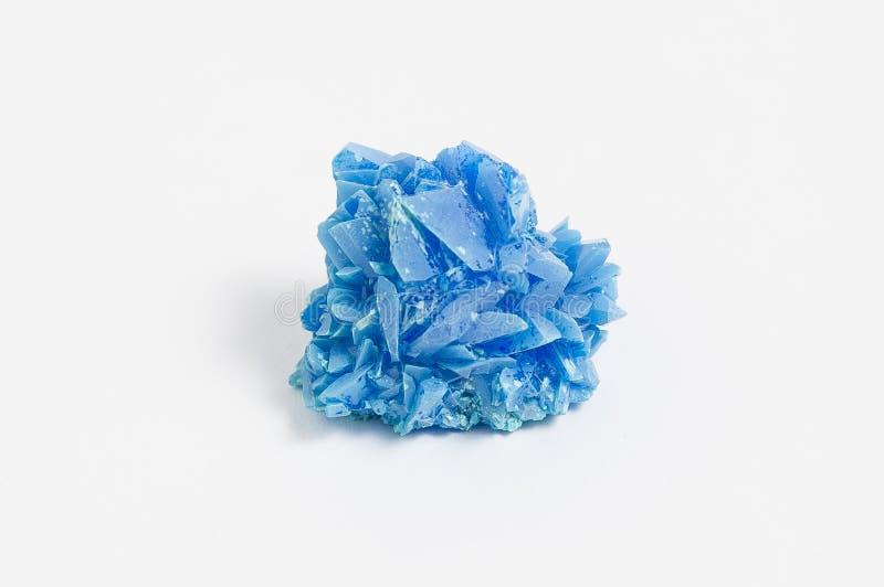 Руда халкантита на белой также известной предпосылке, по мере того как медный богато покрашенный сульфат сульфат голубым/зеленому стоковые изображения