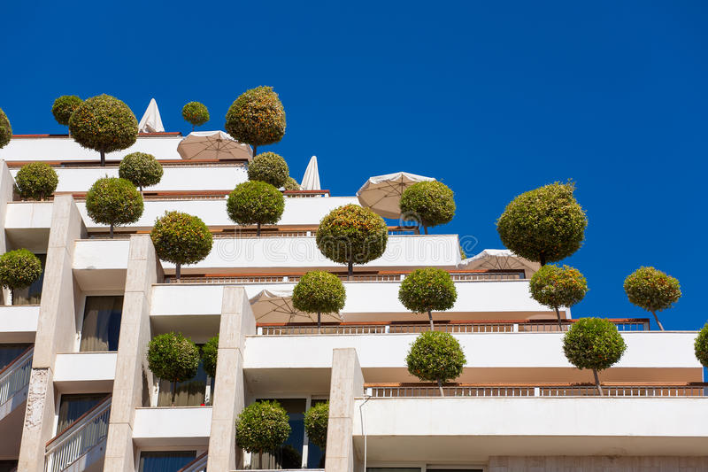 дружественное к Эко здание с деревьями стоковая фотография rf