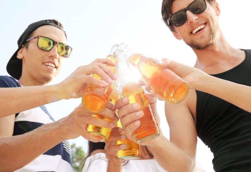друзья пива выпивая стоковые фотографии rf