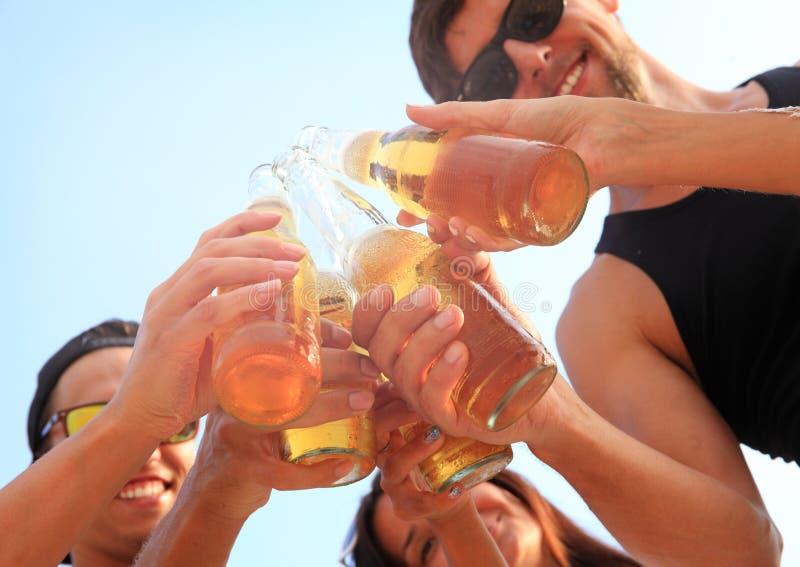 друзья пива выпивая стоковая фотография rf