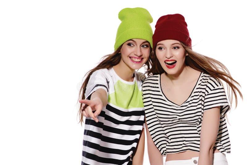 2 друз маленькой девочки стоя имеющ потеху совместно стоковая фотография rf