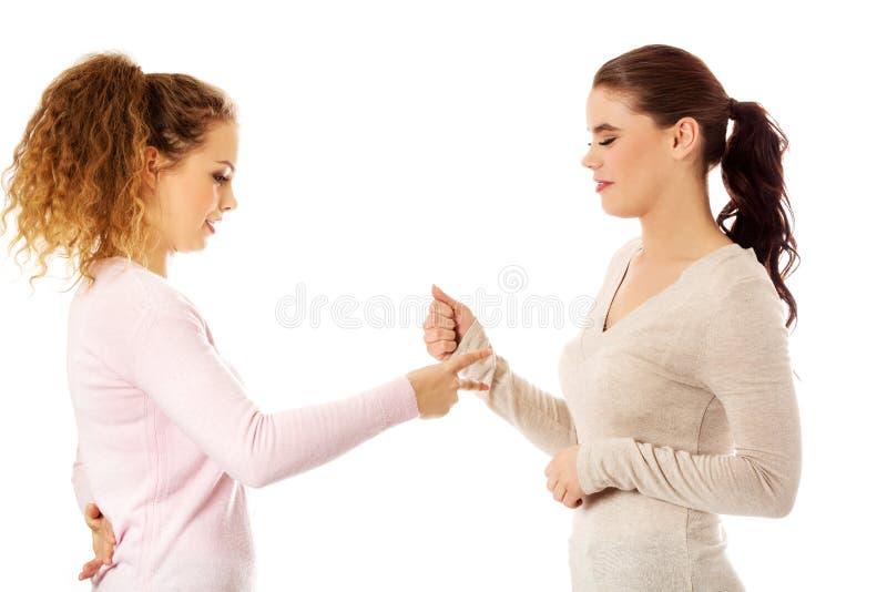 2 друз маленькой девочки стоя совместно стоковое фото