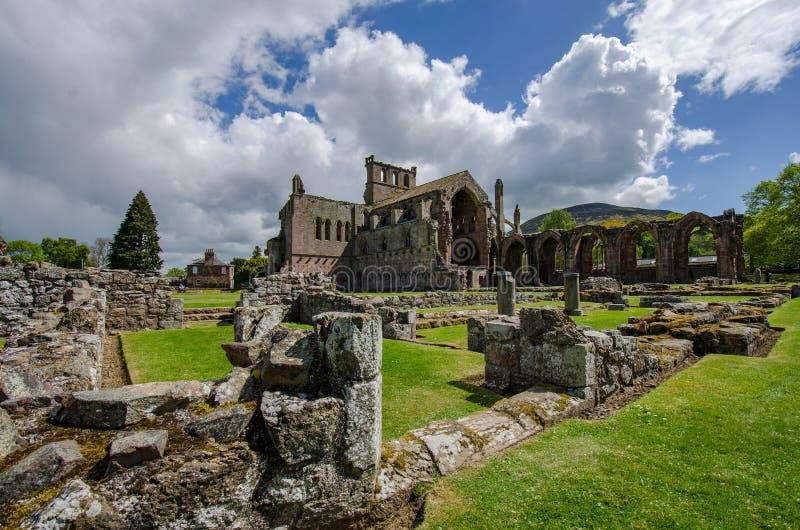 Руины аббатства Мелроуза в Мелроузе, границы Scottish стоковые фотографии rf