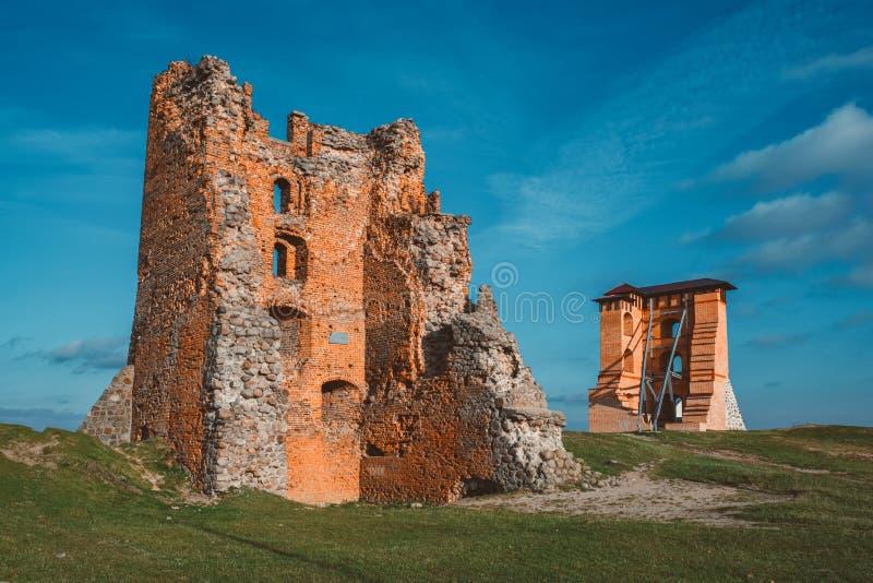 Руины башен и замка Миндовг на фоне голубого неба в городе Новогрудок, Беларусь стоковое изображение rf