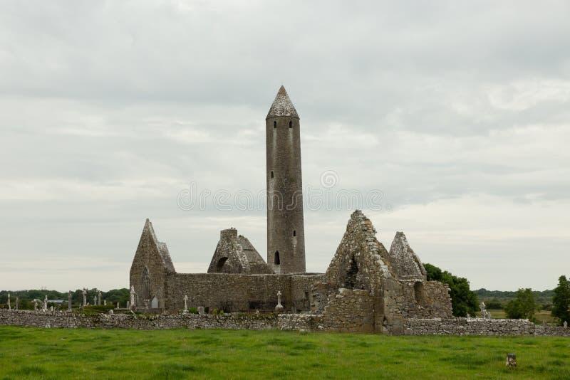 Руины башни и церков стоковое фото rf