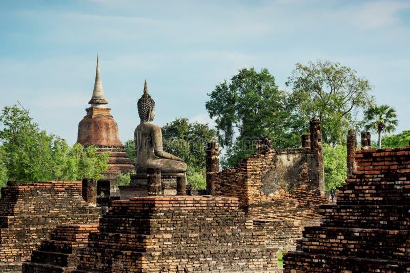 Руины буддийского виска в парке Sukhothai историческом, Таиланде стоковые изображения rf