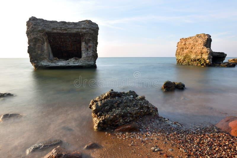 Руины бункера на пляже стоковая фотография