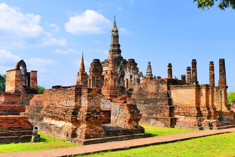 Руины буддийского виска сценарного взгляда старые сложные Wat Mahathat в парке Sukhothai историческом, Таиланда в лете стоковая фотография rf