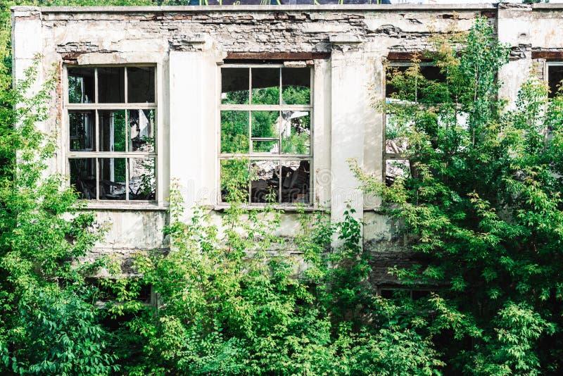 Руины бывшего промышленного предприятия стоковая фотография