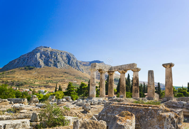 Руины виска в Коринфе, Греции стоковые фотографии rf