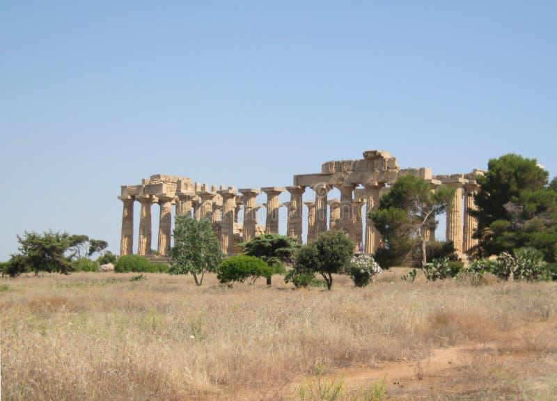 Руины виска древнегреческия Hera в Selinunte стоковые фотографии rf