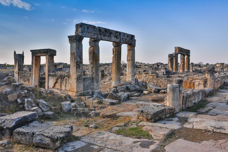 Руины виска Appollo с крепостью на задней части в старом Коринфе, Пелопоннесе, Греции стоковая фотография rf