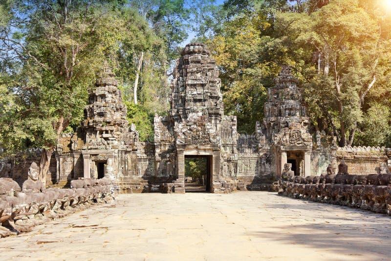 Руины въездных ворота двенадцатого века виска, Siem Reap, Камбоджи стоковые фотографии rf