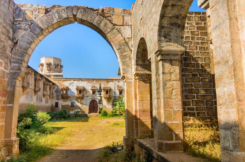 Руины дворца в городке Halvad в Гуджарате стоковое фото