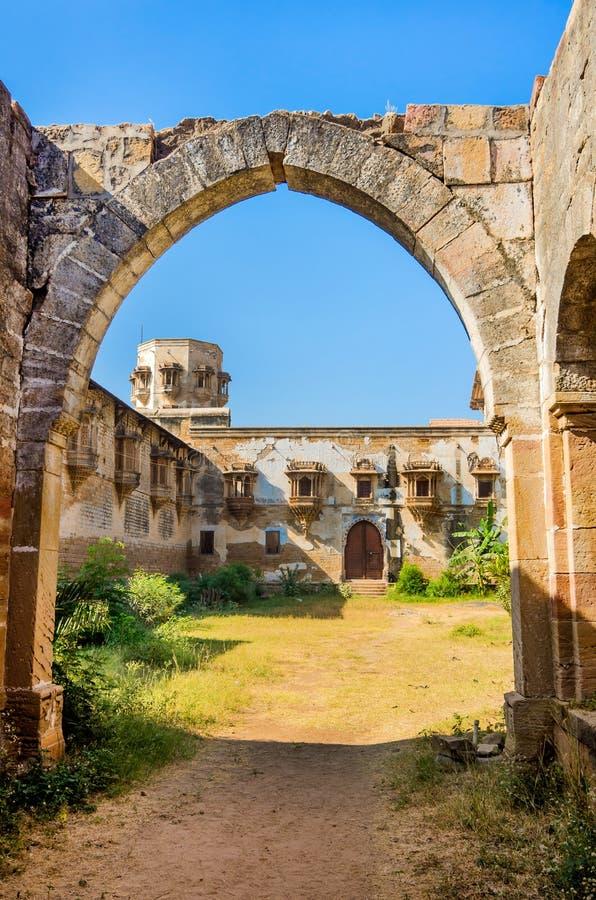 Руины дворца в городке Halvad в Гуджарате стоковая фотография rf