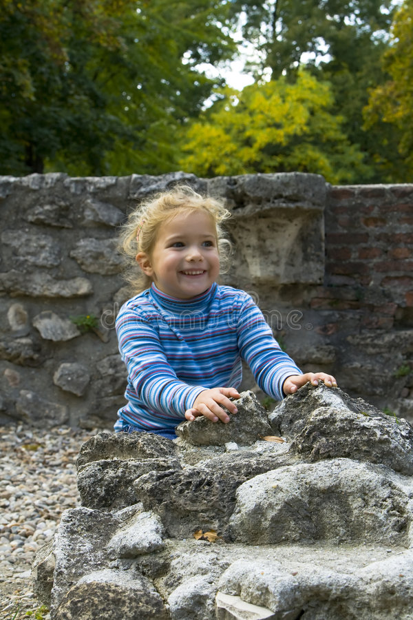 Руины девушки исследуя римские стоковые изображения rf