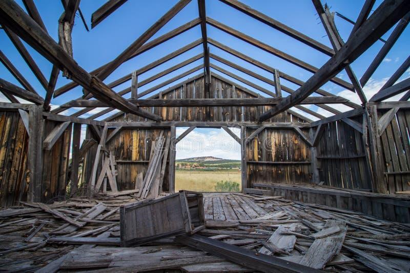 Руины деревянного здания на прерии, увиденные от внутренности стоковые изображения
