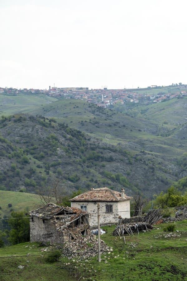 Руины дома в горах Болгарии стоковое фото rf