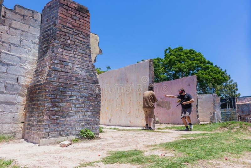 Руины дома игроков военной игры пейнтбола стоковое изображение rf