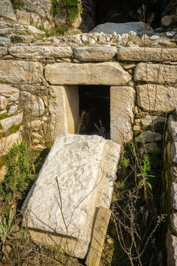 Руины древнего города Euromos, Milas, Aydin, Турция Старая деталь мавзолея от южного некрополя Греческое и римское поселение стоковая фотография rf