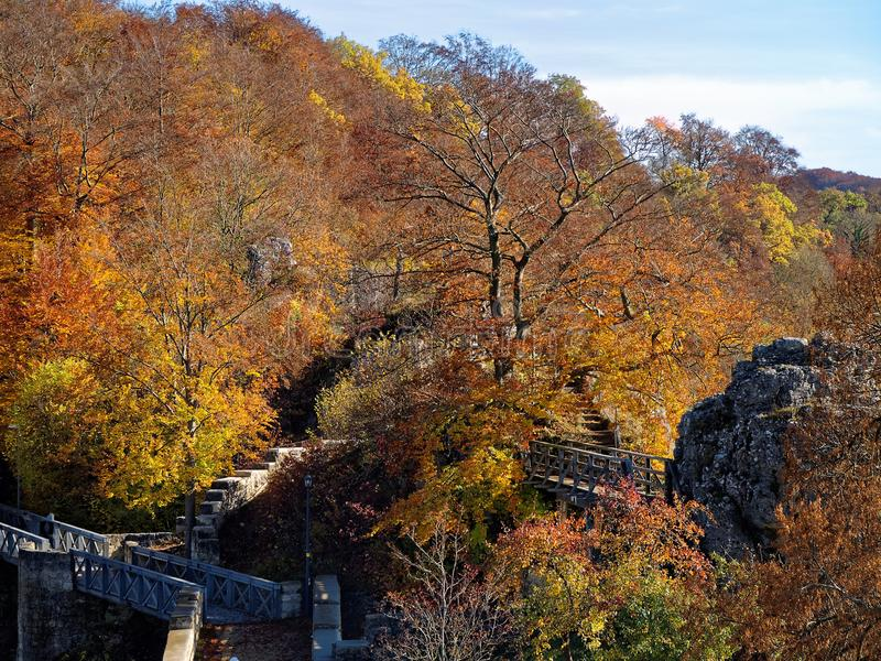 Руины замка Helfenstein в лесе к бабье лето стоковое фото