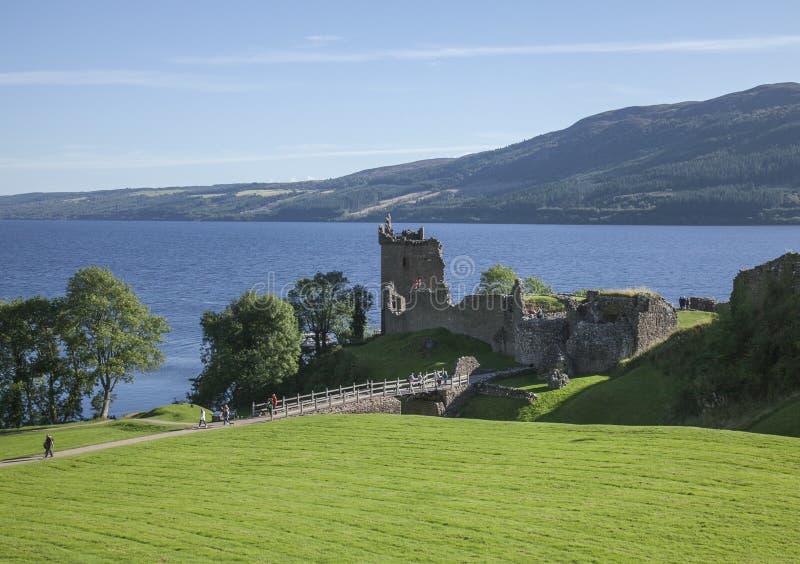 Руины замка Urquhart, Лох-Несс, Шотландия - зеленая и голубая стоковые изображения