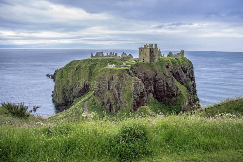 руины замока dunnottar Stonehaven, Aberdeenshire, Шотландия стоковые фотографии rf